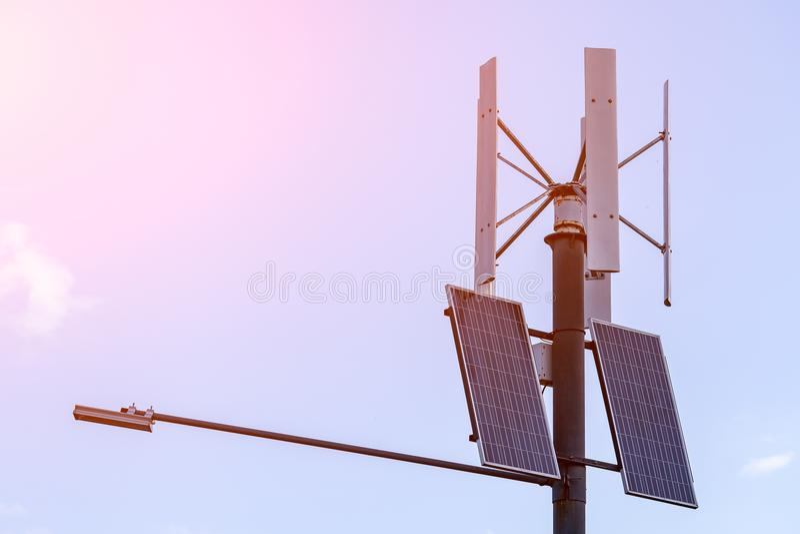 Painéis solares na coluna fotos de stock
