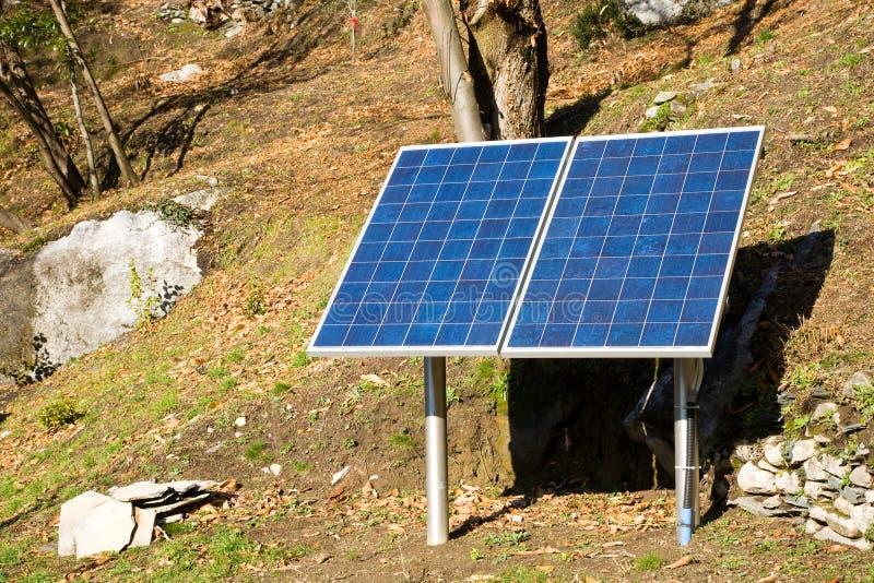 Painéis solares na natureza foto de stock royalty free
