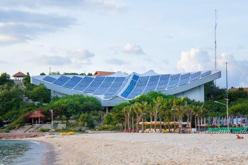 Painéis solares na praia em Koh Lan, Pattaya, Tailândia foto de stock
