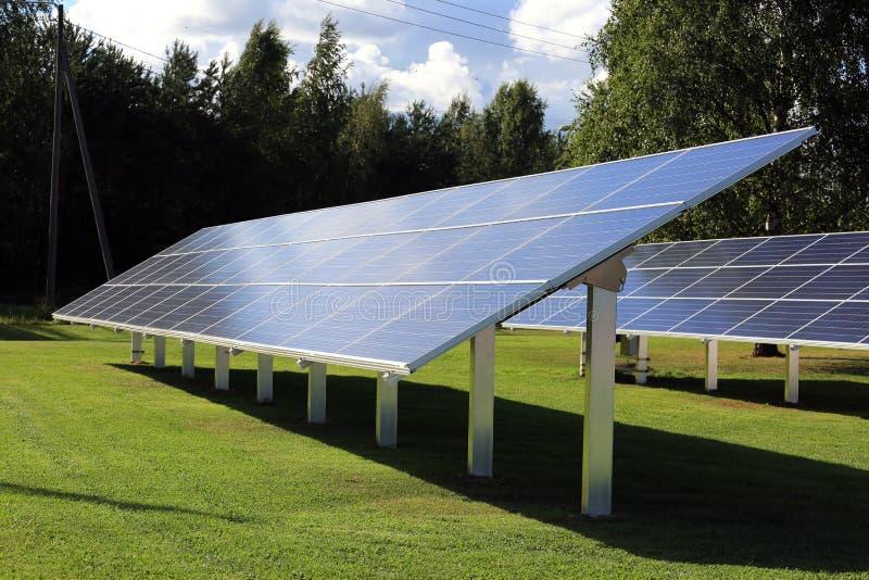 Painéis solares no fim da tarde fotografia de stock
