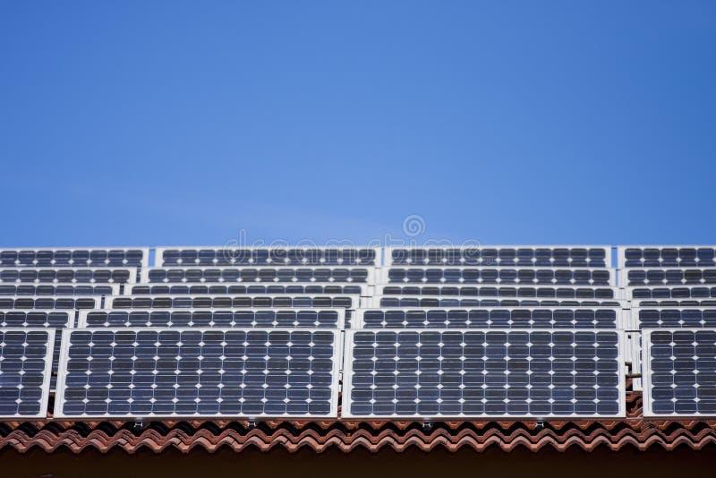 Painéis solares no telhado fotos de stock royalty free