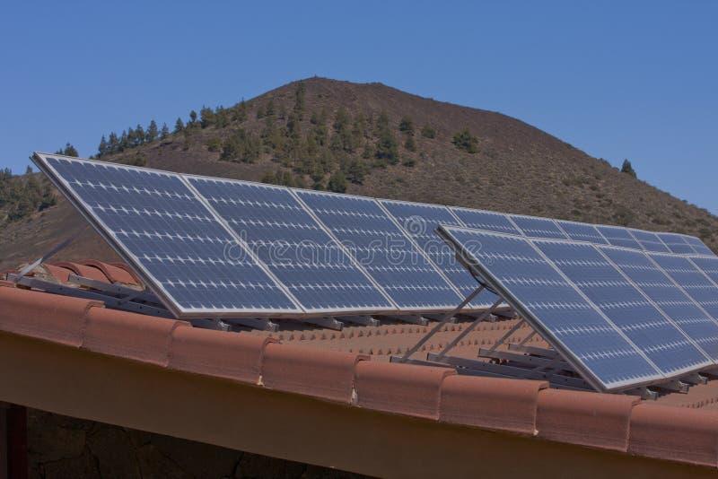 Painéis solares no telhado fotografia de stock royalty free