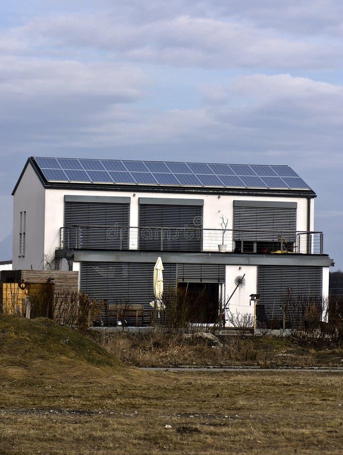 Painéis solares no telhado da casa fotos de stock
