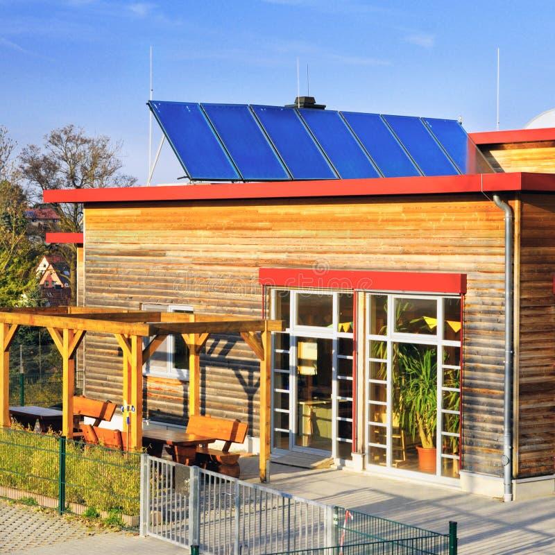 Painéis solares no telhado do jardim de infância alemão foto de stock