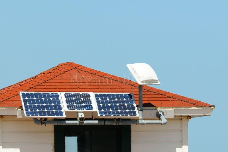 Painéis solares no telhado pequeno imagem de stock