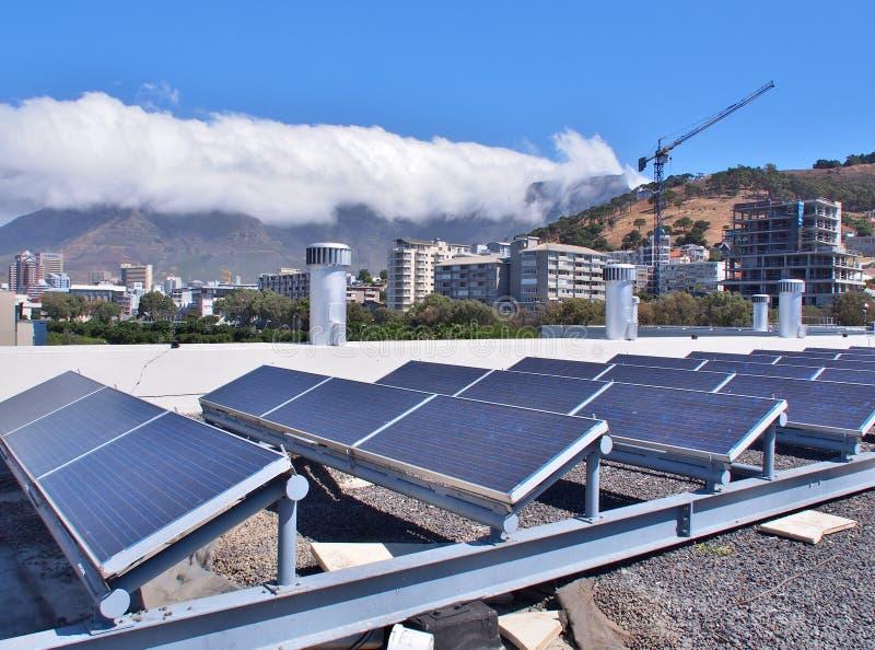 Painéis solares ou células solares no telhado fotografia de stock royalty free