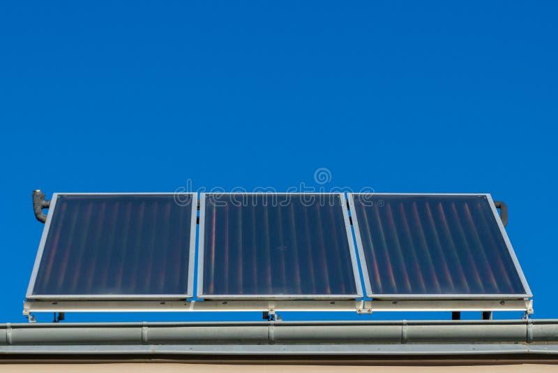 Painéis solares ou planta térmica fotovoltaico ou solar no telhado de uma casa imagens de stock royalty free