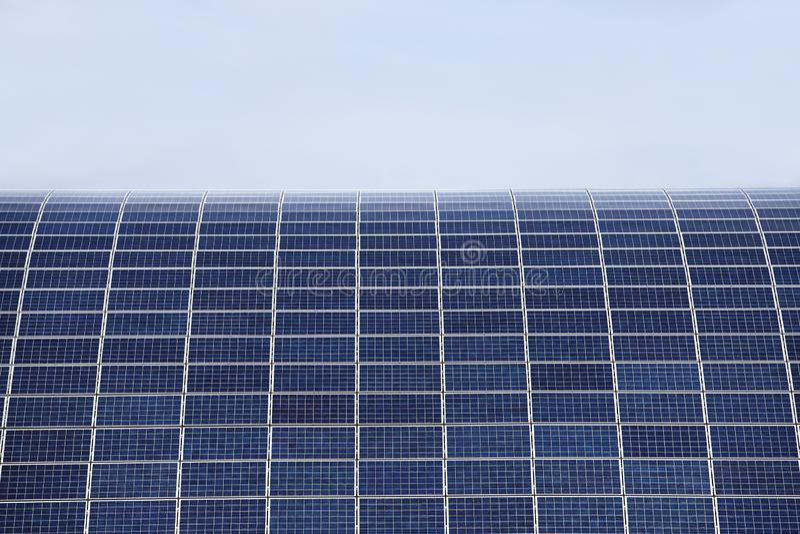 Painéis solares para a produção de energia elétrica da energia solar Recurso de energia a favor do meio ambiente Pilhas de silico imagem de stock