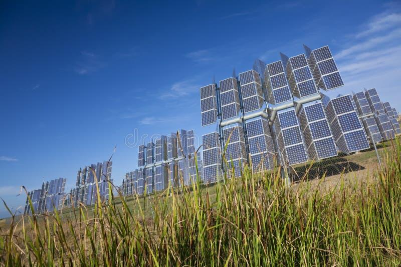 Painéis solares Photovoltaic da energia verde renovável imagens de stock