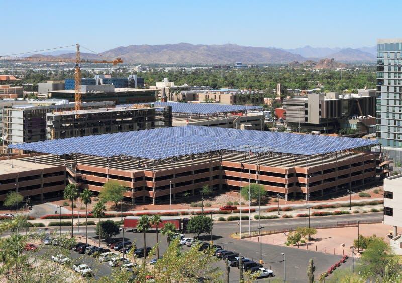Painéis solares que protegem garagens de estacionamento em Tempe, Arizona/USA fotos de stock