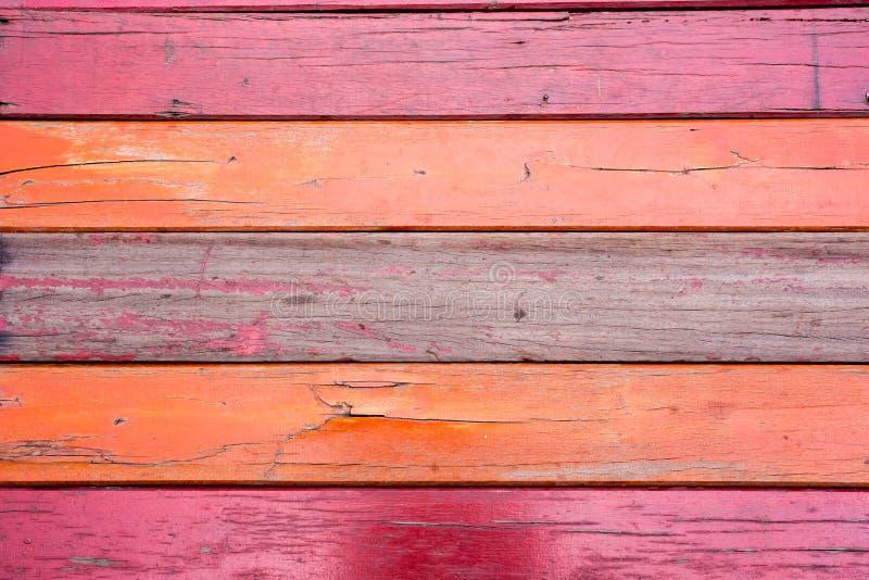 Painéis verticais de madeira do grunge velho, vermelho em um celeiro rústico fotos de stock royalty free