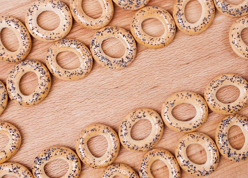 Pain-anneaux secs avec le pavot images libres de droits