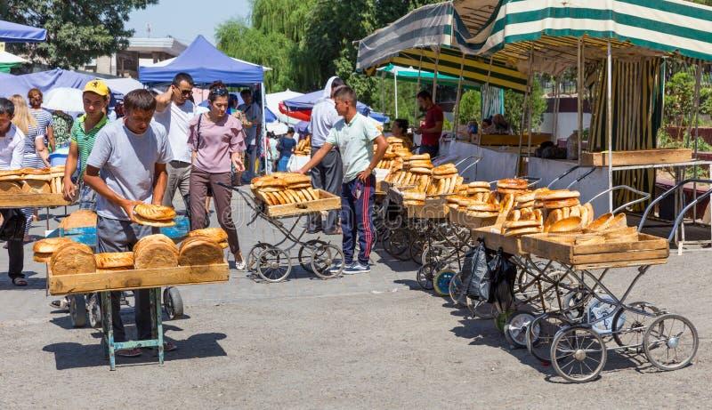 Pain au bazar de Chorsu à Tashkent, l'Ouzbékistan images stock