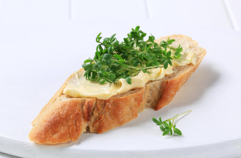 Pain avec du beurre et le cresson photo libre de droits