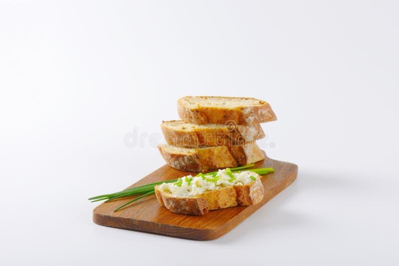 Pain avec du fromage et la ciboulette photo libre de droits