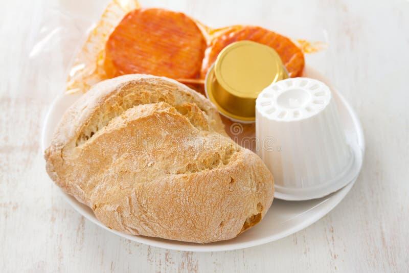 Pain avec du fromage frais, le fromage et le pâté images libres de droits