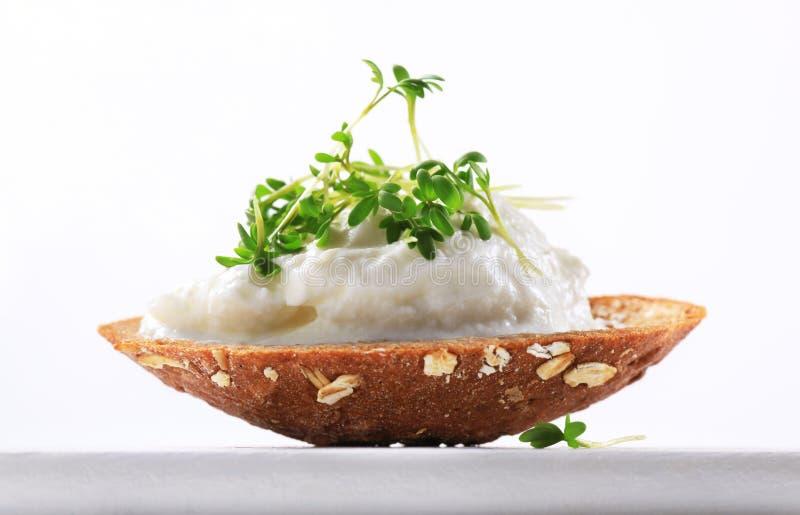 Pain avec le fromage blanc et le cresson photo libre de droits