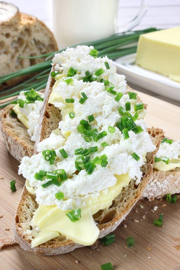 Pain avec le fromage de beurre et blanc photos stock