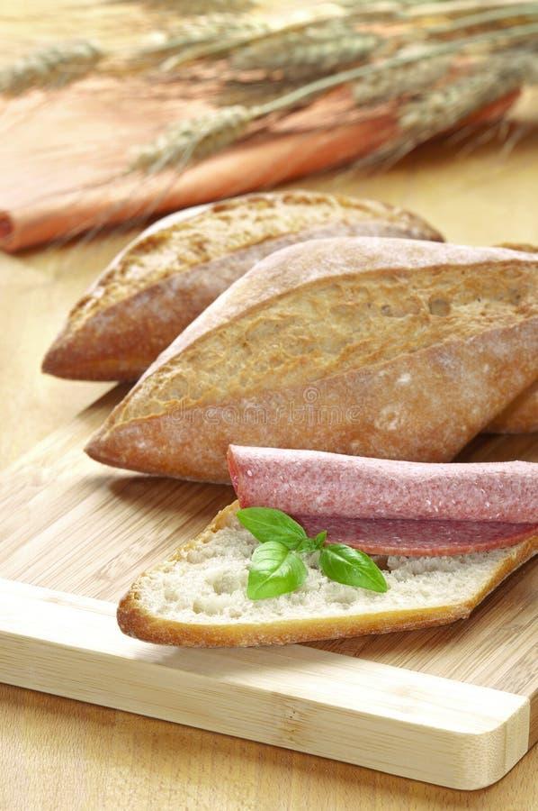 Pain avec le salami et le basilic images stock