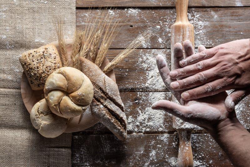 Pain avec les oreilles et la farine de bl? sur le panneau en bois, vue sup?rieure photographie stock libre de droits
