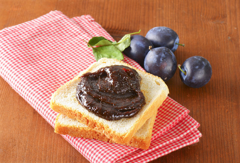 Pain blanc avec de la confiture de prune photos stock