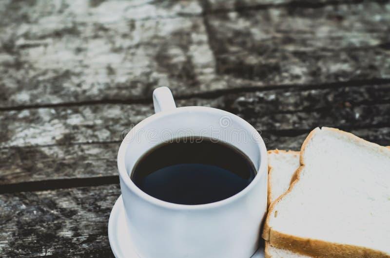 Pain blanc et verre placés sur la table pendant le matin photo libre de droits
