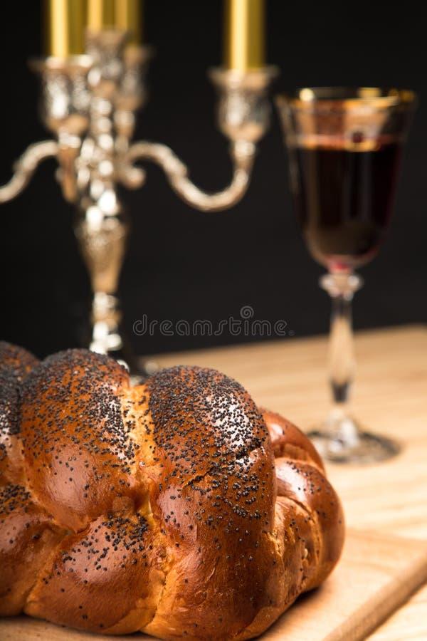 Pain, candélabre et vin de pain du sabbat pour Shabbat photos libres de droits