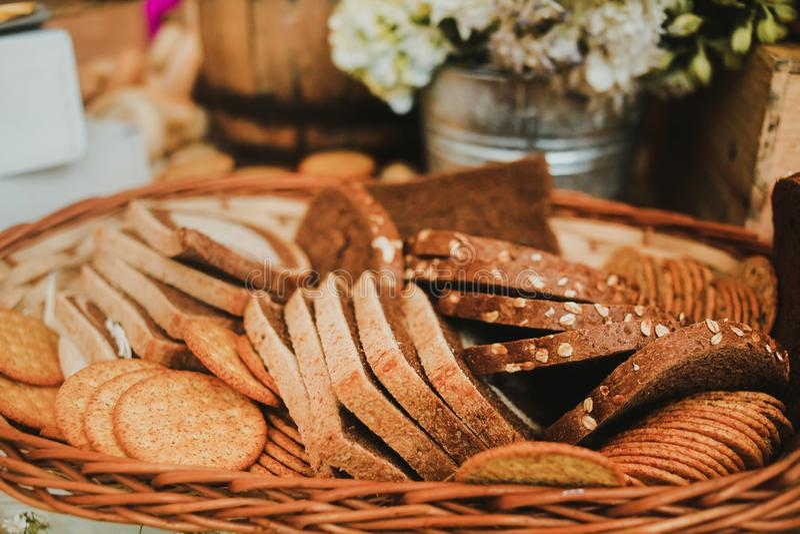 Pain coupé en tranches dans un panier, pain fait maison d'artisan à un arrière-plan rustique photographie stock libre de droits