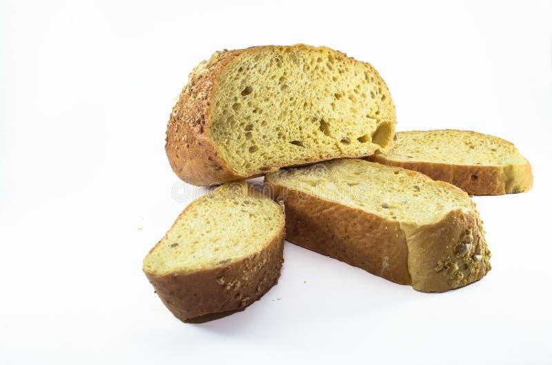 Pain coupé en tranches de pain d'isolement sur le fond blanc images stock
