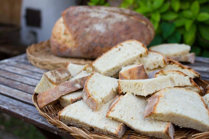 Download Pain Coupé En Tranches Frais Image stock - Image du boulangerie, noir: 77155761