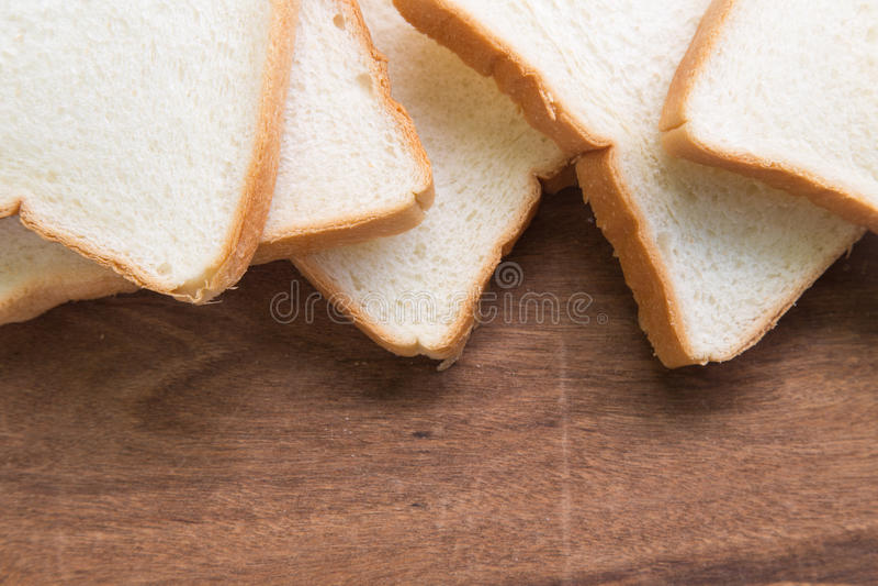 Download Pain Coupé En Tranches Sur Le Fond En Bois Image stock - Image du breakfast, déjeuner: 87709707