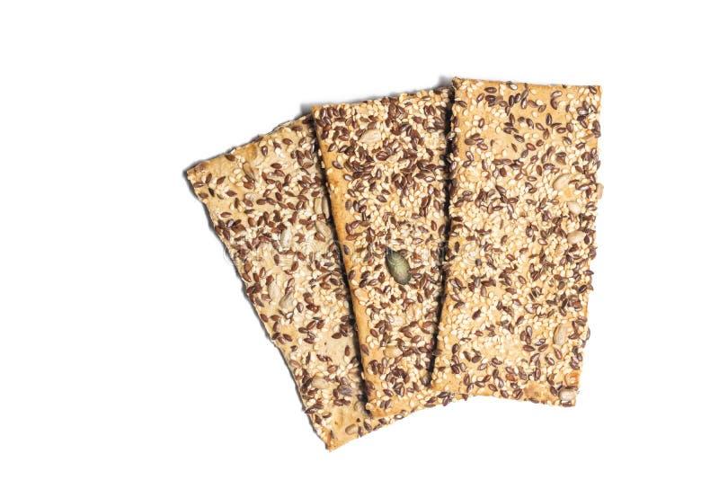 Pain croquant avec le chia de sésame et d'autres céréales d'isolement au-dessus du fond blanc photo stock