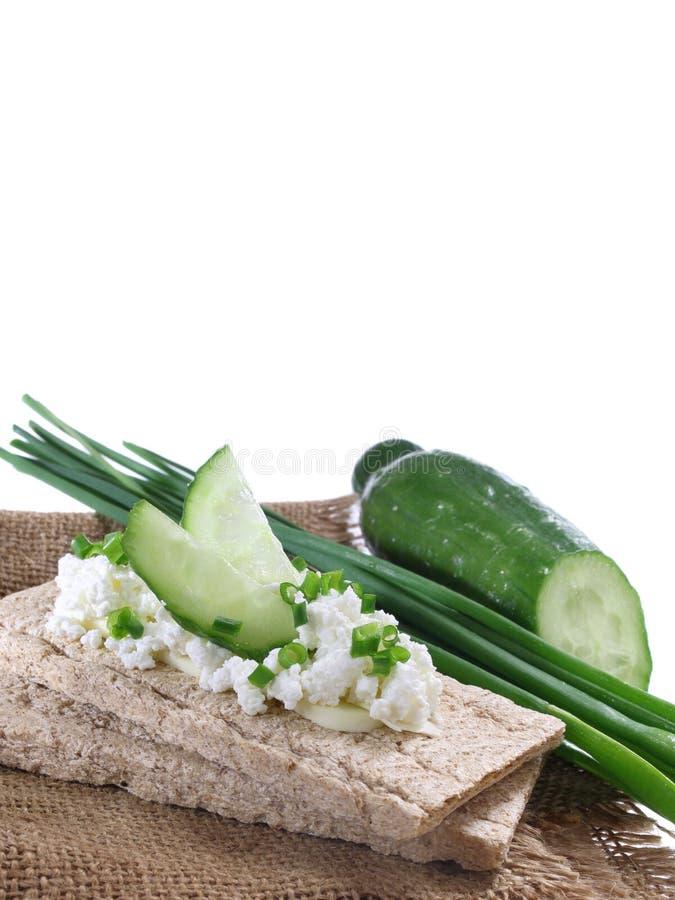 Pain croquant avec le fromage blanc et le concombre photo stock