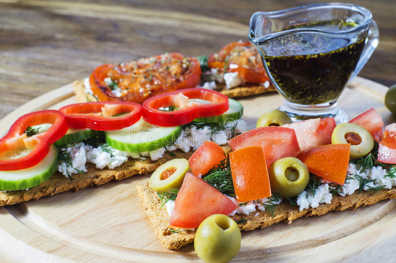 Pain croustillant avec des tomates, fromage, olives noires, aneth Bruschetta image stock