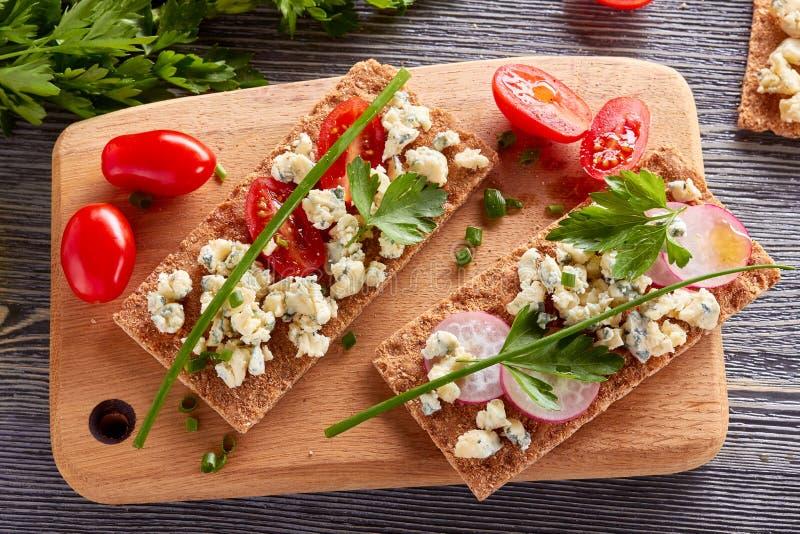 Pain croustillant avec du fromage bleu et des tomates image libre de droits