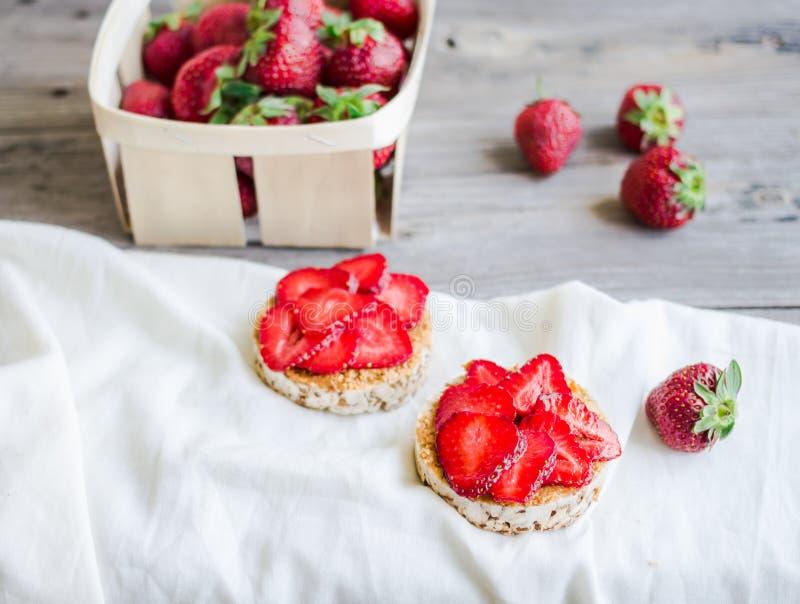 Pain croustillant avec le beurre d'arachide et les fraises fraîches, rustiques, il photos libres de droits
