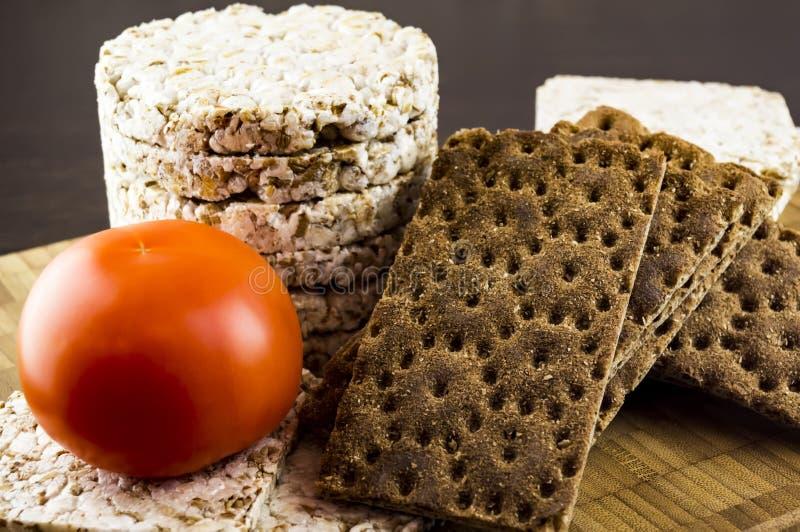 Pain croustillant et nourriture diététique de tomates photos stock