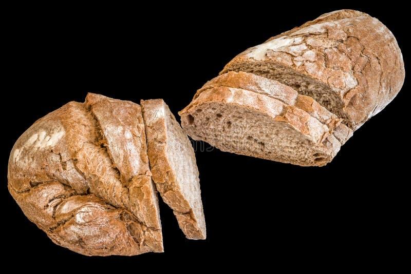 Pain croustillant rustique coupé en tranches de pain d'isolement sur le fond noir photographie stock libre de droits