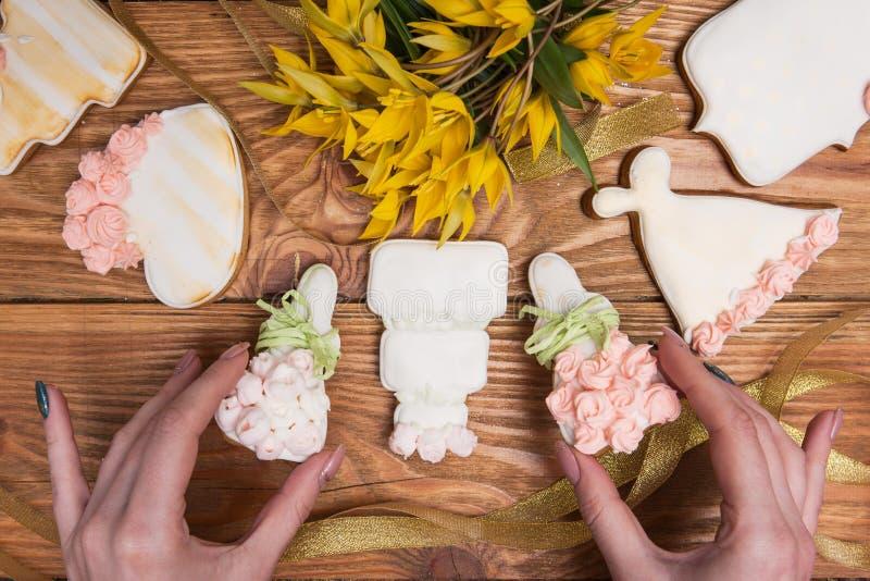 Pain d'épice coloré décoré par la fille, nourriture savoureuse image libre de droits