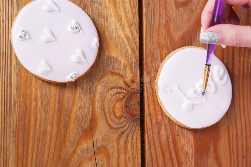 Pain d'épice décoré de la poudre scintillante par le boulanger photos libres de droits