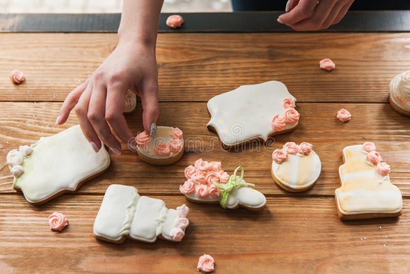 Pain d'épice de mariage décoré des roses par le boulanger photos libres de droits