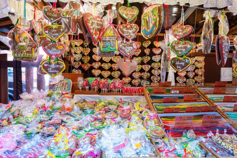Pain d'épice de souvenir de différentes formes sur une du marché traditionnel à Cracovie, Pologne images libres de droits