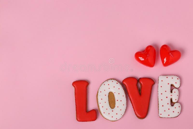 Pain d'épice fait maison avec des lettres pour la Saint-Valentin images stock