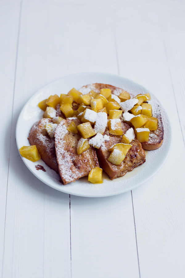 Pain d'Eggy avec les pommes et le café cuits photo libre de droits