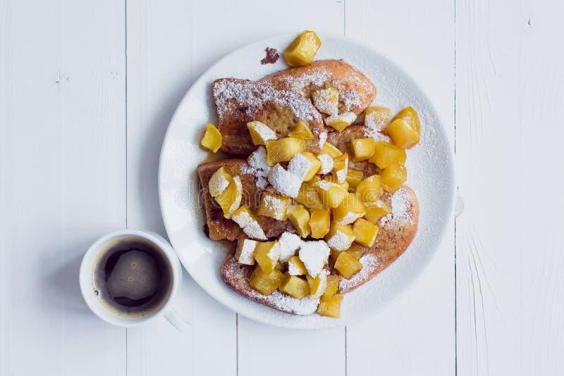Pain d'Eggy avec les pommes et le café cuits photo stock