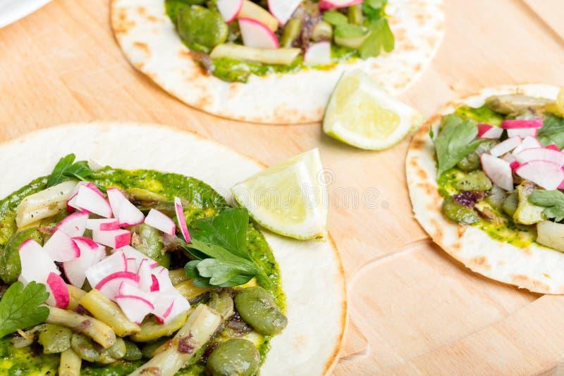 Pain d'enveloppe de tortilla avec des légumes photo libre de droits
