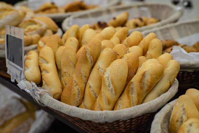 Pain de Baguettte sur une boulangerie brune de panier photos stock