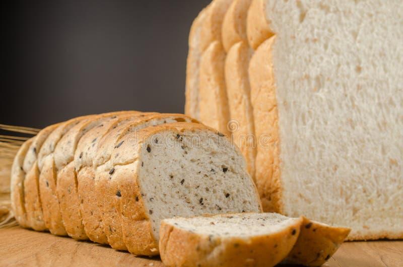 pain de blé entier avec le grain noir de sésame et d'orge photo libre de droits