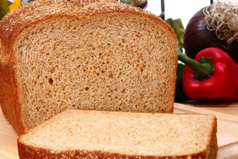 Pain de blé entier coupé en tranches photographie stock libre de droits