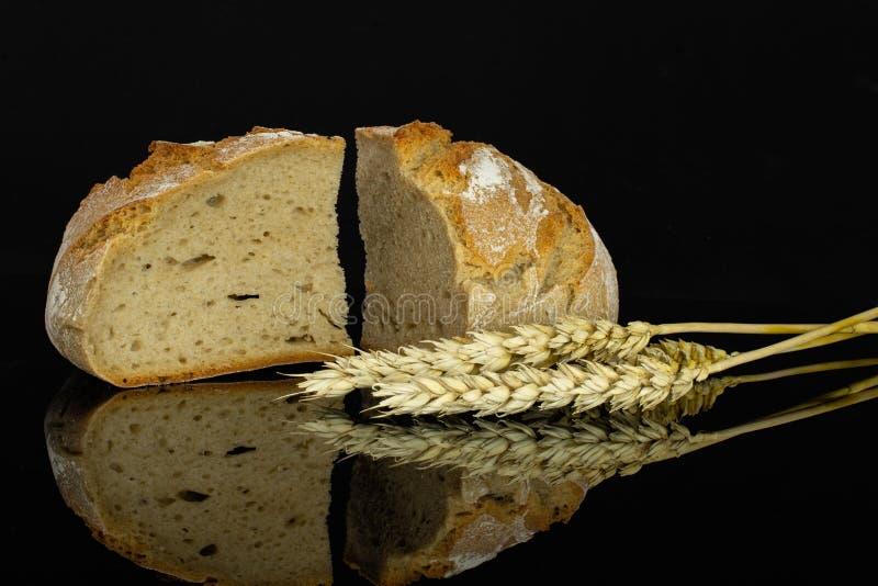 Pain de blé de Rye d'isolement sur le verre noir images stock
